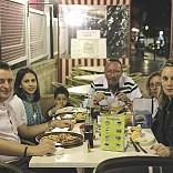 Nuestro amigo Manuel y familia cenando en Sa Foganya