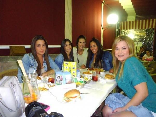 Carmen Mª con sus amigas en Sa Foganya